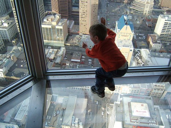 800px-A_leaning_child's_view_through_a_skyscraper's_window_and_glass_floor